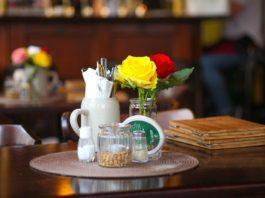 stolik w pubie