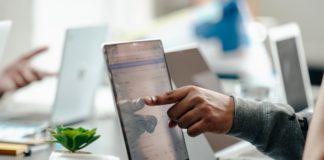 wskaźniki seo na laptopie