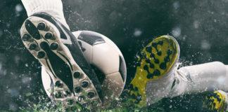 zbliżenie na stopy piłkarzy walczących o piłkę
