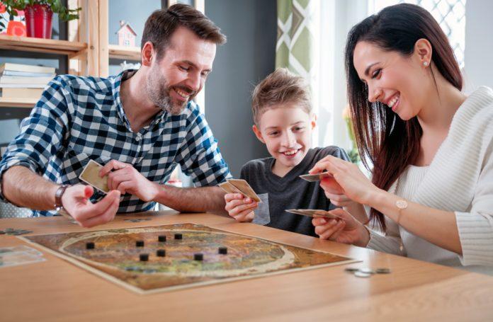 rodzina grająca w planszówkę