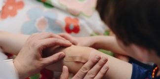 dziecko drobne skaleczenie kolana plasterek