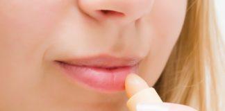 kobieta smarująca usta pomadką