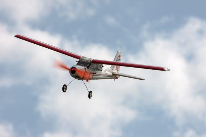 model samolotu lecący na tle zachmurzonego nieba