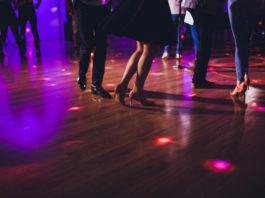 parkiet taneczny z tańczącymi ludźmi