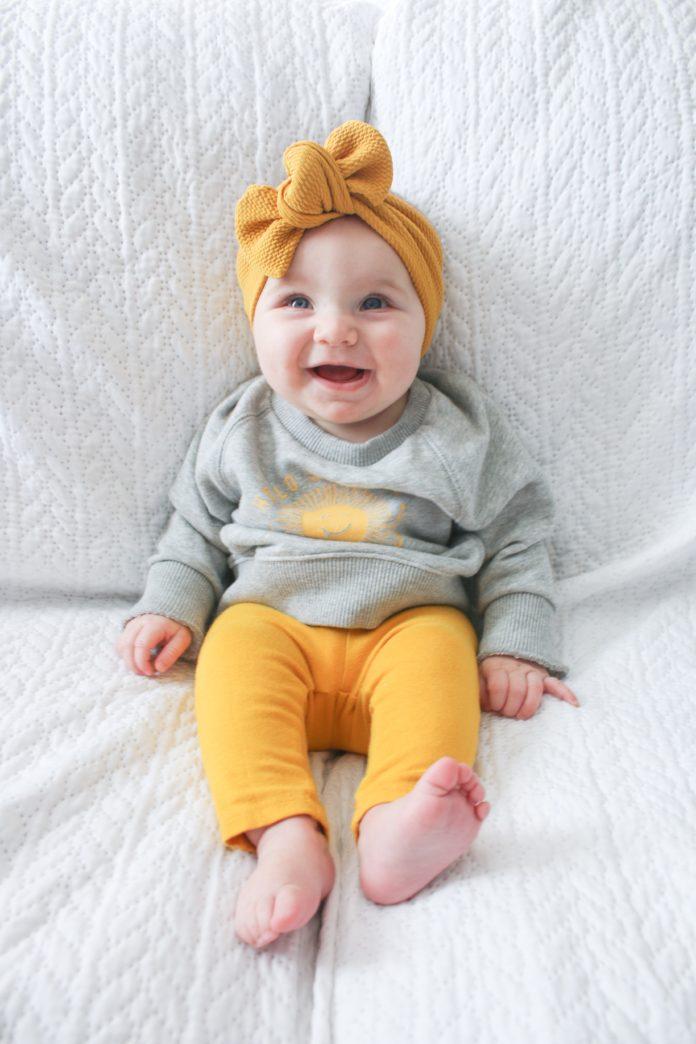 niemowlę w szaro-żółtym ubraniu
