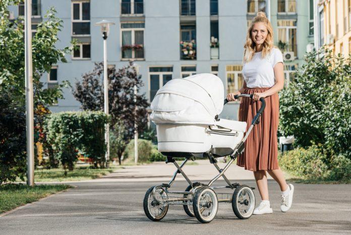 kobieta na spacerze z dzieckiem w gondoli