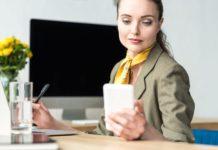kobieta w biurze w stylizacji biznesowej