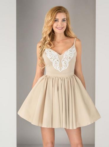 Beżowa sukienka z koronkową aplikacją w stylu boho
