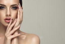 kobieta z pięknym manicure hybrydowym