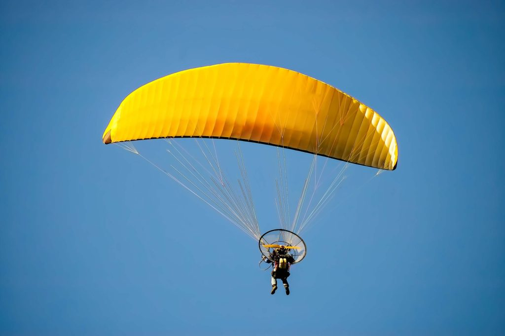 lot żółtą paralotnią