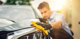 mężczyzna polerujący auto