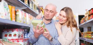 para wybierająca kaszę w sklepie spożywczym