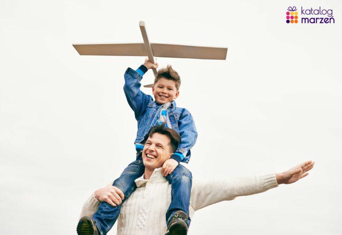 tata i syn puszczający samolot