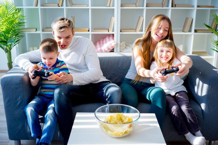 rodzinne granie na kanapie