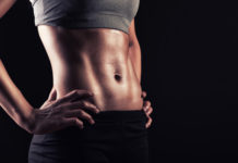 kobieta wysportowana z wyrzeźbionymi mięśniami brzucha