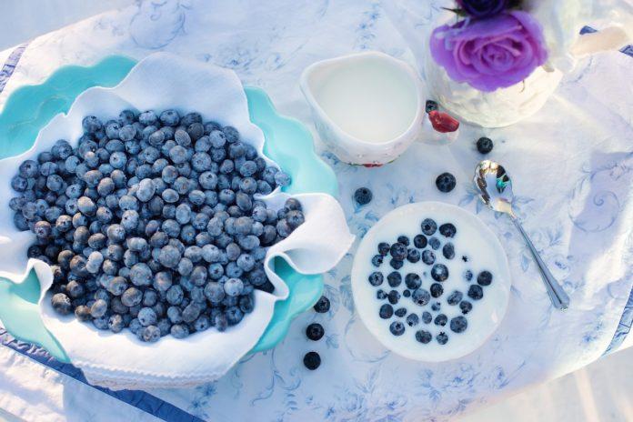 jagody w cukrze na stole