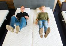 para na podwójnym łóżku