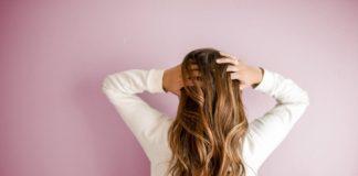 kobieta z długimi włosami