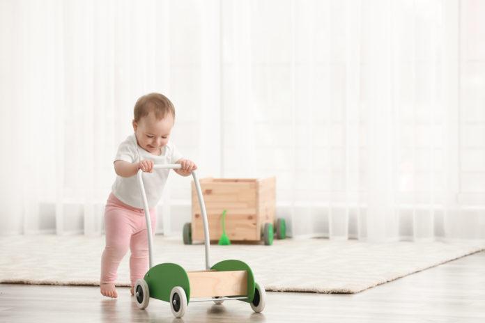 dziecko z drewnianym chodzikiem