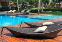 eleganckie leżaki przy basenie ogrodowym