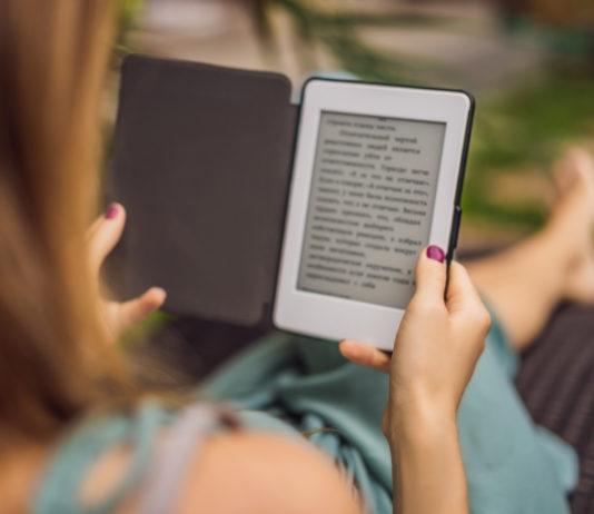 kobieta czytająca książkę na czytniku