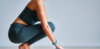 kobieta rozkładająca matę do jogi