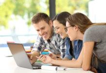 troje studentów przed ekranem laptopa