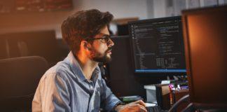 programista pracujący nocą przed komputerem