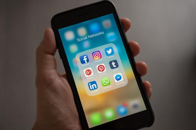 aplikacje social media na smartfonie