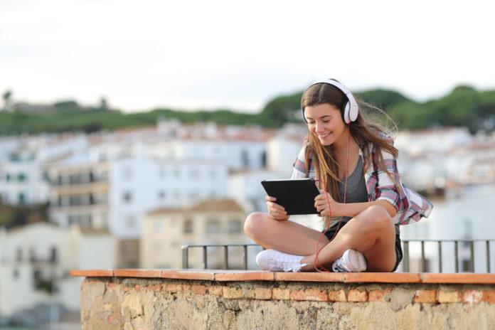 dziewczyna oglądająca serial na tablecie