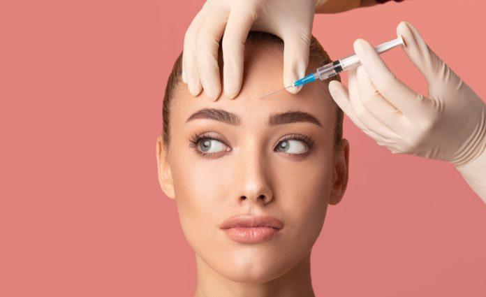 kobieta podczas zabiegu botoks
