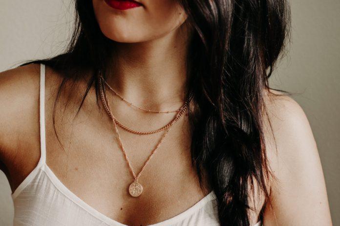 kobieta w modnym złotym naszyjniku