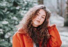 kobieta w rudym futrze