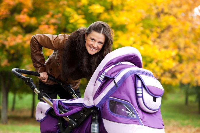 kobieta z wózkiem dziecięcym