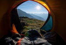 nogi osoby śpiącej w namiocie trekkingowym
