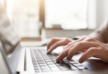 pisanie na klawiaturze komputera