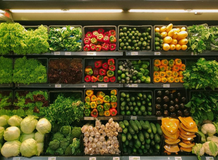 warzywa na półkach sklepowych