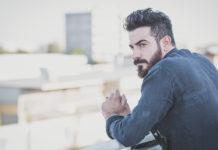 mężczyzna z brodą w mieście