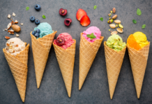 Różne smaki lodów w wafelkach