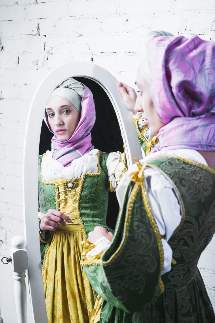średniowieczna kobieta patrząca w lustro