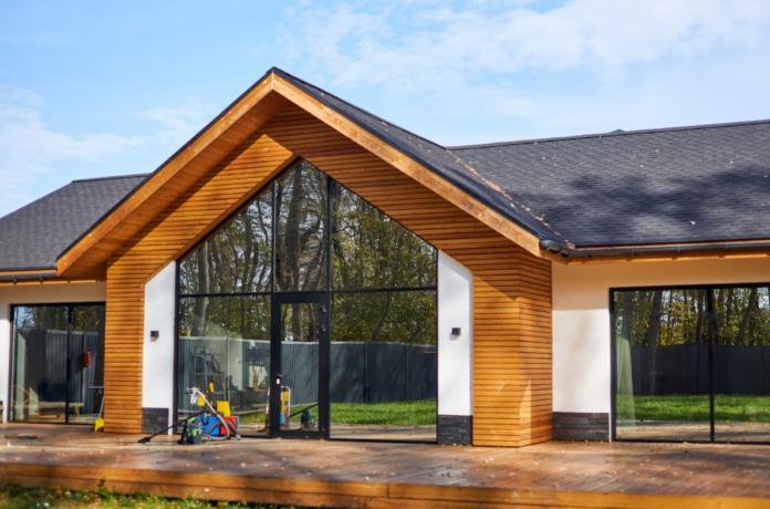 zbliżenie na nowoczesny dom drewniany