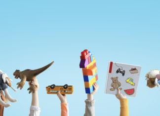 dziecięce rączki trzymające zabawki