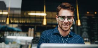 mężczyzna freelancer pracujący przy laptopie w kawiarni