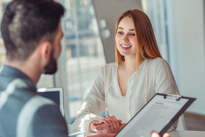 kobieta i mężczyzna podczas rozmowy rekrutacyjnej