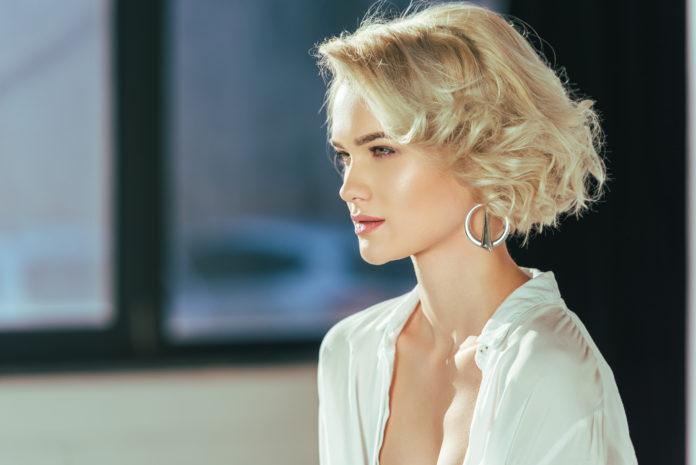 piękna blondynka w srebrnych kolczykach