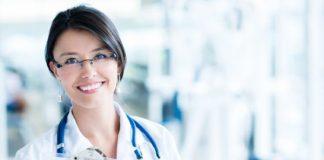 kobieta w ubraniu medycznym