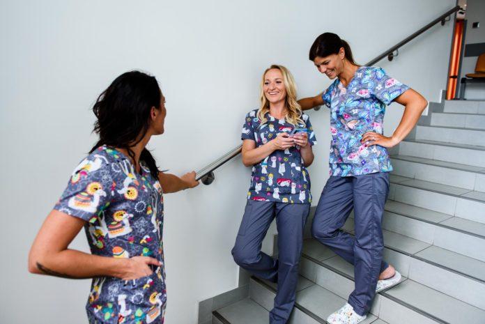 kobiety w kolorowych ubraniach medycznych