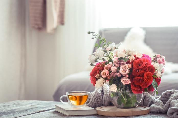 współczesny salon kwiaty na stole