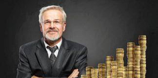 mężczyzna przy słupkach monet