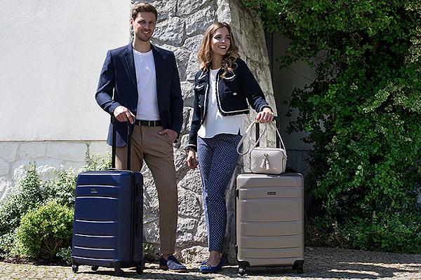kobieta i mężczyzna w letnich stylizacjach z walizkami